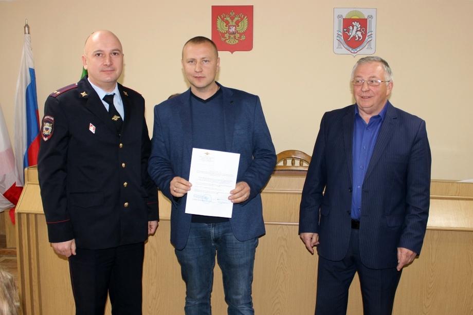 Подполковник полиции Анатолий Наумчук (на фото слева) два года назад благодарил Дениса Плохих (на фото в центре) за активное сотрудничество.