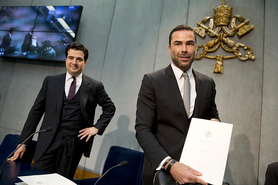 28 апреля 2016 года. Рене Брюльхарт (справа) и Томмазо Ди Руцца (слева) презентуют финансовый отчёт в ответ на подозрения в налоговых махинациях.