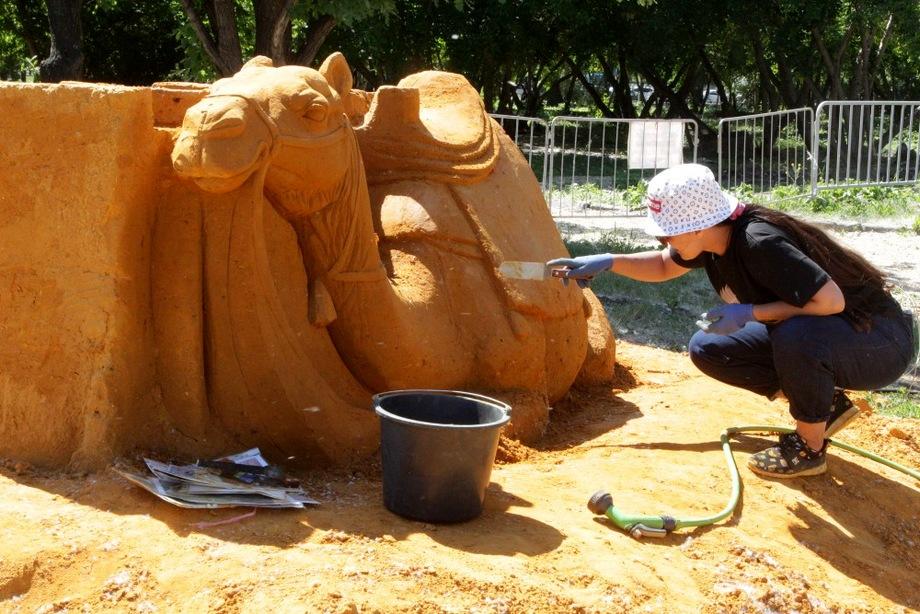 Для возведения 12 скульптур было завезено 800 тонн песка.