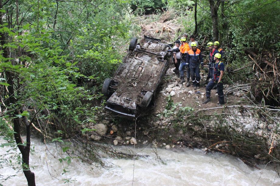 Спасатели около четырёх часов доставали из реки машину туристов из Белоруссии.