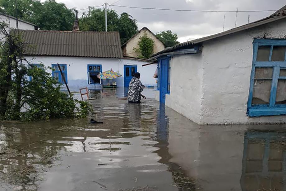 Четыре домовладения подтоплены в Саках, два человека эвакуированы.