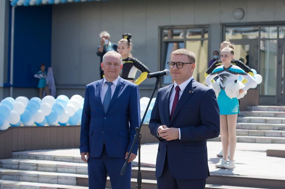 Губернатор Алексей Текслер (на фото справа) во время торжественного открытия спортивного комплекса «Динамо».
