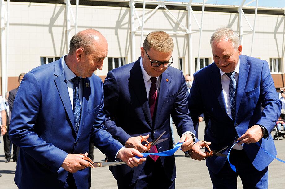 На открытии Алексей Текслер (на фото в центре) объявил, что уже в следующем году на базе нового комплекса состоится Всероссийская спартакиада «Динамо».