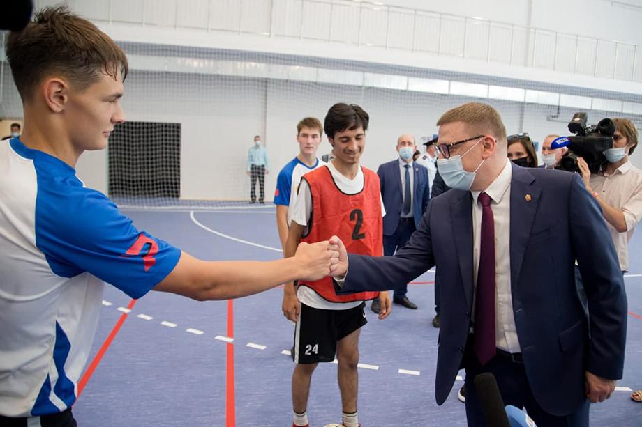 Алексей Текслер посетил спортивный зал для игровых видов спорта, где будут проходить тренировки и соревнования по волейболу, баскетболу, гандболу и мини-футболу.