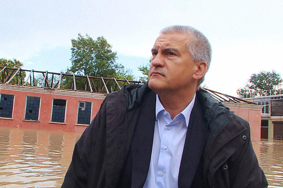 Глава Крыма Сергей Аксёнов был всё время на передовой разгулявшейся стихии.