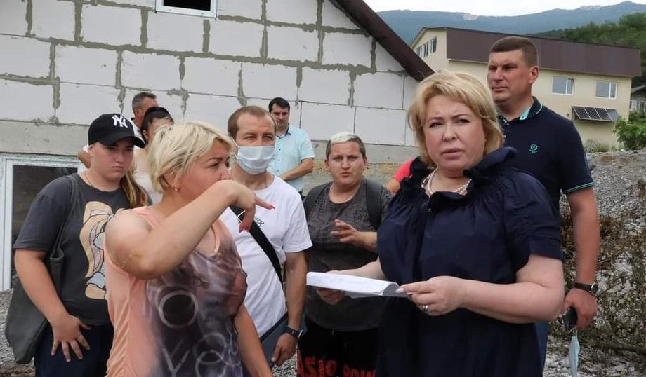 Глава Ялты Янина Павленко с первых дней стала регулярно «выходить в эфир» на своей странице в Facebook, докладывая обо всех своих действиях.