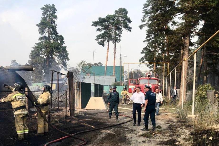 По данным ГУ МЧС по Челябинской области, на территории Карталинского и Нагайбакского районов продолжает действовать крупный лесной пожар, площадь активного горения составляет 20 гектаров.
