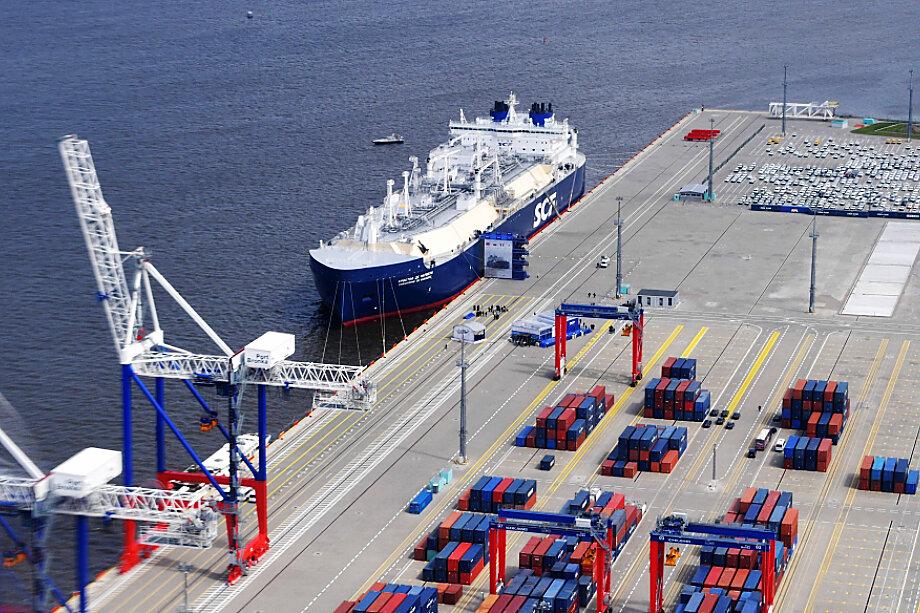Большой порт Санкт-Петербурга сейчас обеспечивает прямые транспортные связи России с более чем 30 странами мира.