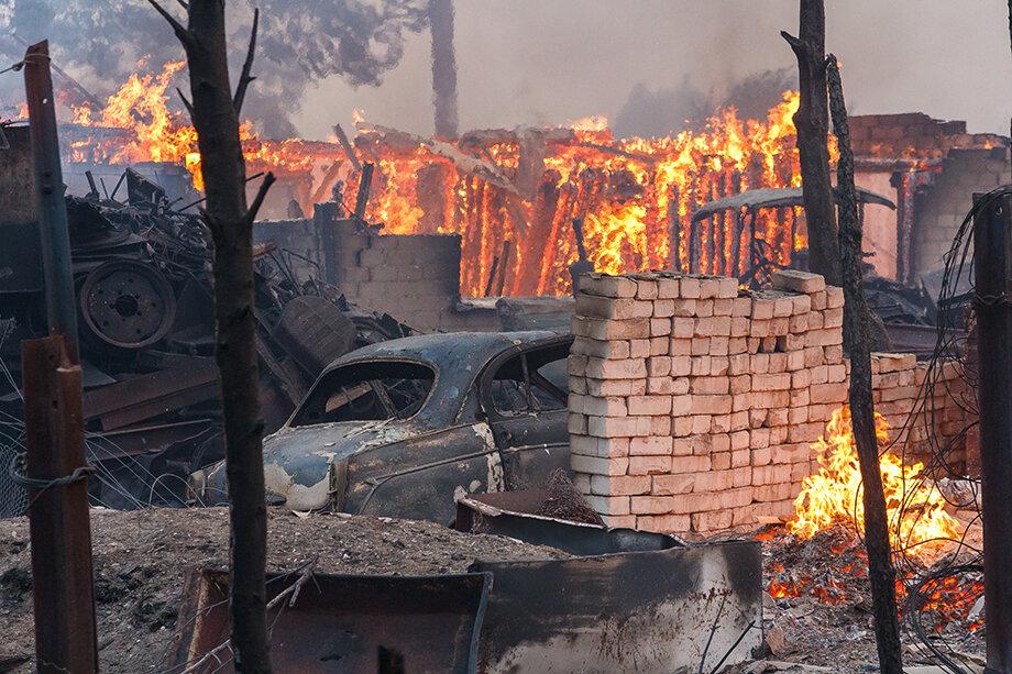 Пожар в посёлке Запасное. По данным областного правительства, принято 295 заявлений на выплату единовременной материальной помощи от пострадавших при пожарах.