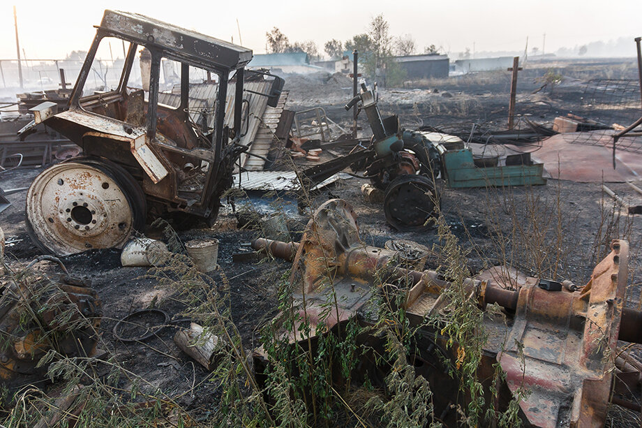 Сейчас жителям пострадавших от природного пожара посёлков Карталинского района помогают собрать уцелевшие вещи.