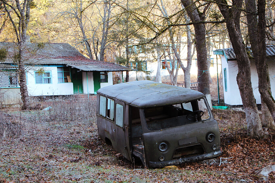Заброшенный оздоровительный лагерь «Отважный» в Судаке называют крымской Припятью. Изначально рядом с территорией предполагалось начать разработку карьера, но общественники подняли шум в соцсетях, и решение пересмотрели.
