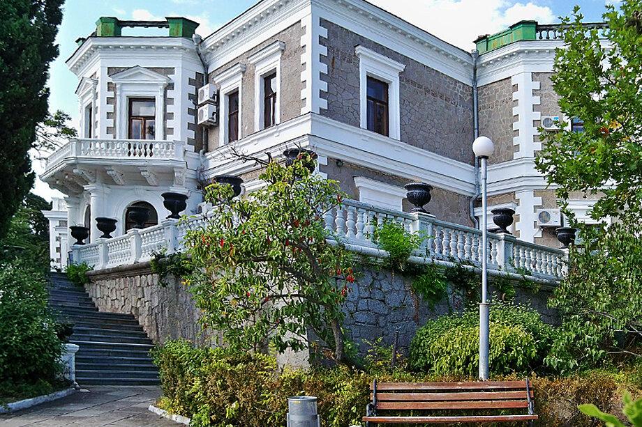 Дворец построен в стиле русского классицизма.