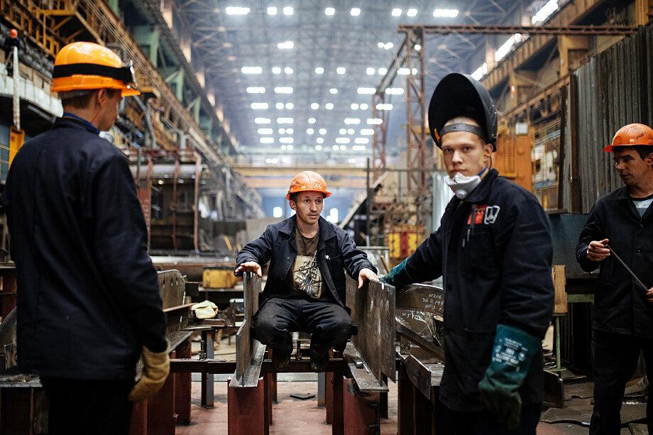 После оптимизации системы профтехучилищ и техникумов в 90-х российская промышленность недосчиталась тысяч квалифицированных рабочих.