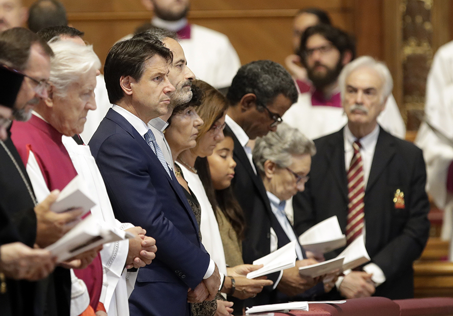 Непотопляемый экс-премьер Италии Джузеппе Конте был замечен на похоронах одного из лидеров группы Сан Галло кардинала Акилле Сильвестрини.