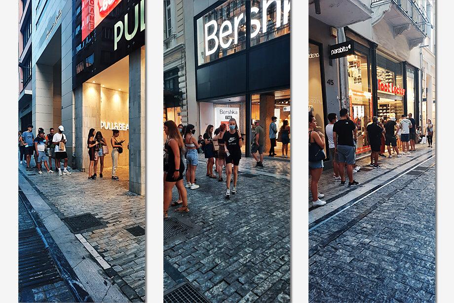 Люди ждут своей очереди на вход в магазин.