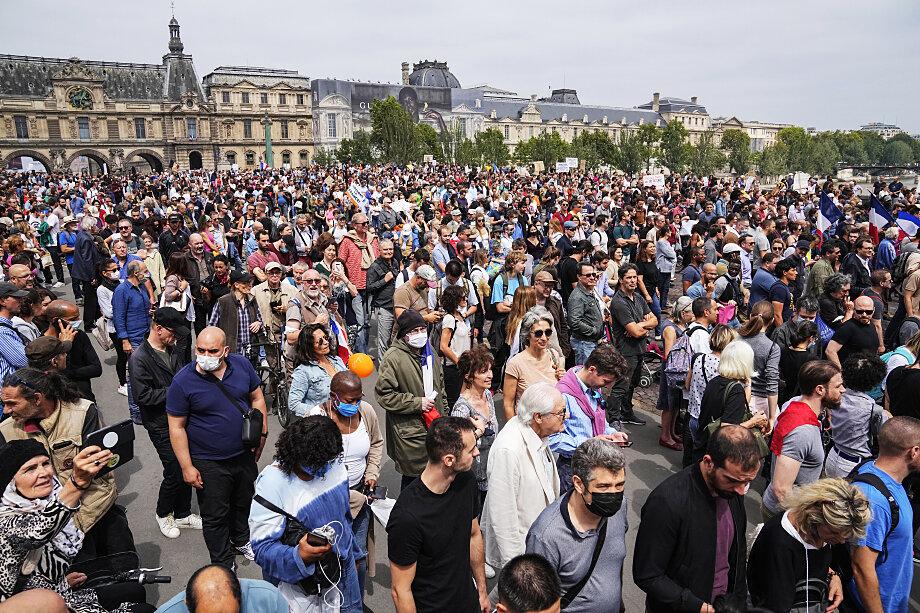 Более 100 тысяч человек приняло участие в протестах против новых ограничительных мер.
