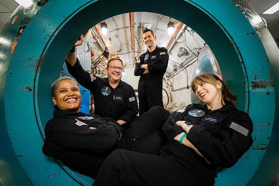 Экипаж капсулы Falcon 9. По словам миллиардера Джареда Исаакмана (на фото справа), благотворительный полёт «станет первым шагом к миру, где каждый сможет путешествовать между звёздами».