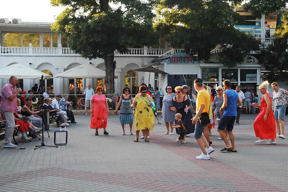 Пока же, независимо от ограничений, поклонники музыки и танцев не теряют зря погожие летние вечера – их и сегодня можно встретить на Приморском бульваре.