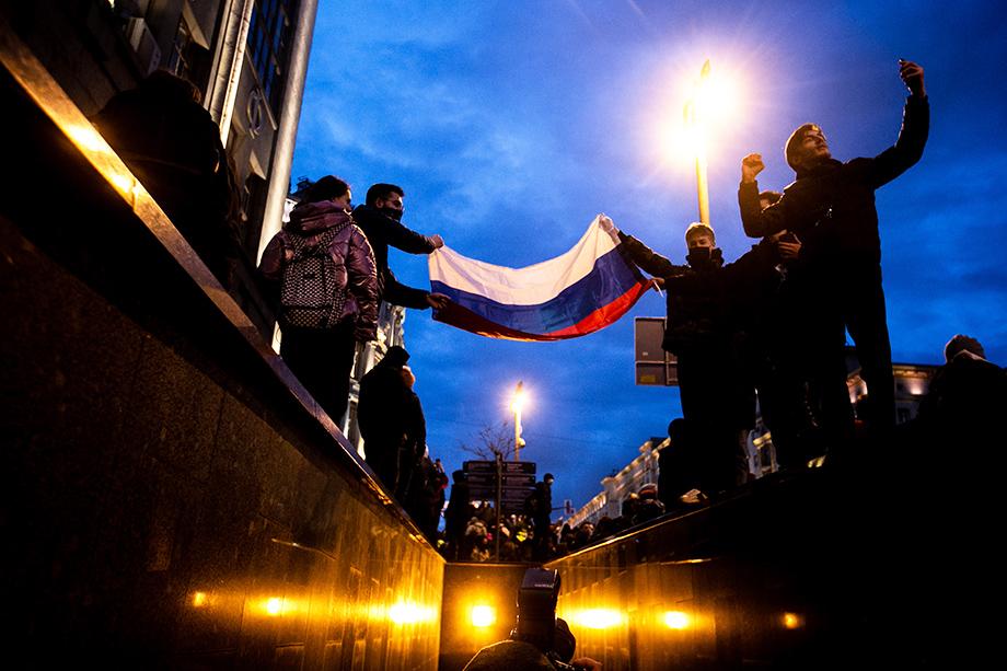 Уличная протестная активность молодёжи закончилась разгромом прозападных структур Алексея Навального, чьи штабы признали экстремистскими.