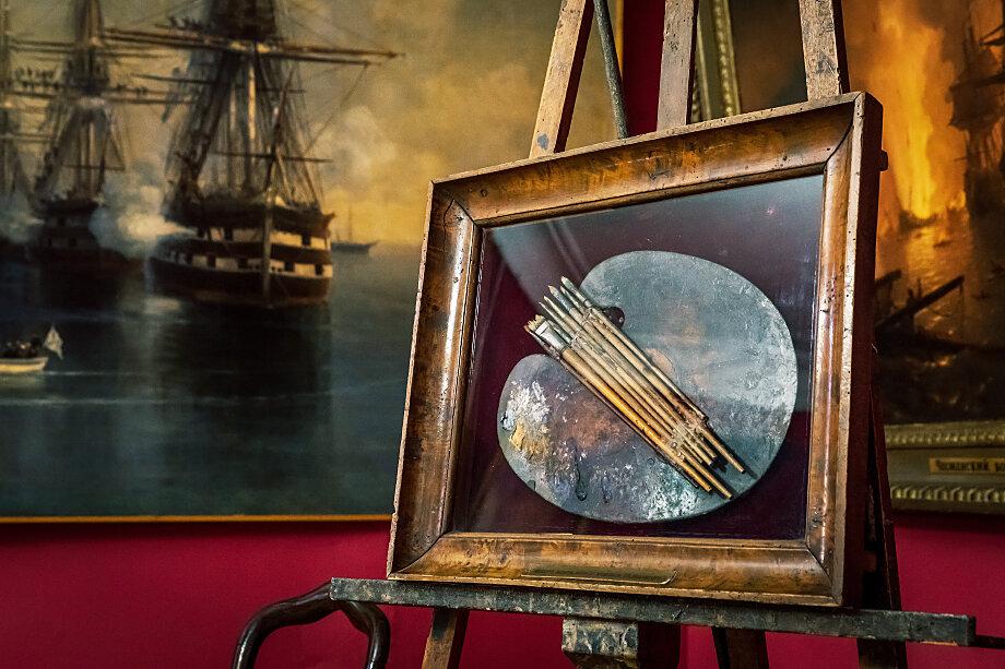 Мольберт, кисти и палитра художника Ивана Айвазовского в Феодосийской картинной галерее.