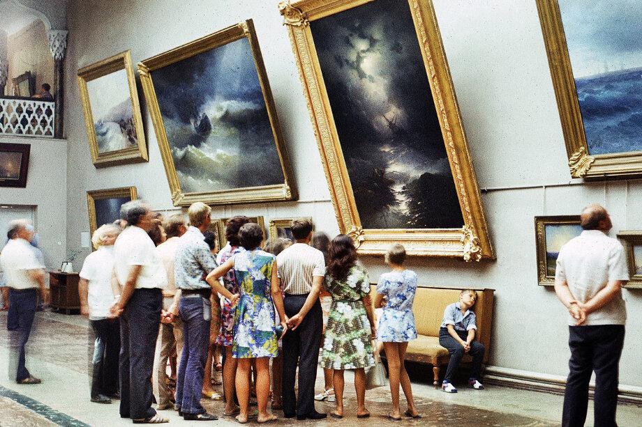 Посетители картинной галереи в 1975 году.