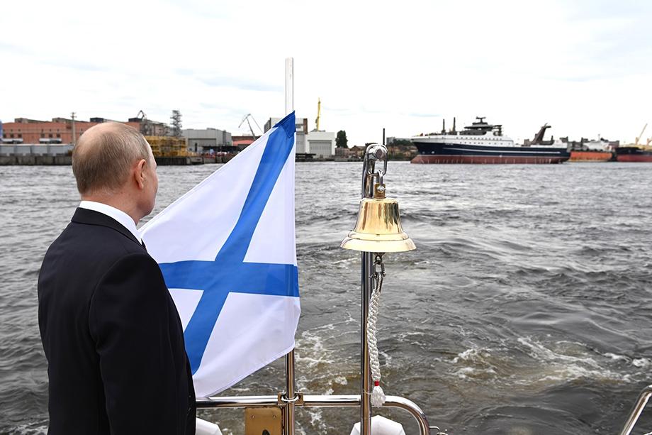 Глава государства также принял участие в церемонии спуска на воду супертраулера «Механик Сизов». Его строили на петербургском заводе «Адмиралтейские верфи». Это третье судно новейшего поколения по проекту СТ-192. Супертраулеры строят в рамках программы развития гражданского судостроения. Заказчиком выступает Русская рыбопромышленная компания.