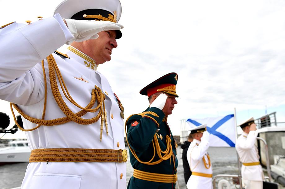 Главный военно-морской парад стал пятым в новейшей истории России. В нём, помимо главы государства, участвовали все флоты России, министр обороны Сергей Шойгу и главнокомандующий ВМФ России Николай Евменов (слева на переднем плане). Кроме того, были приглашены корабли военно-морских сил Индии, Ирана и Пакистана.