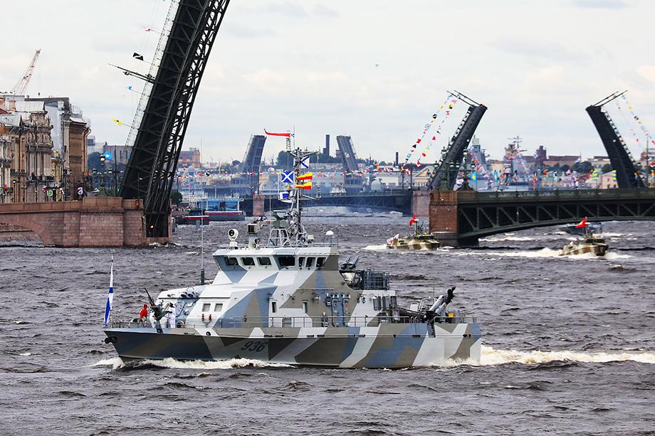 В мероприятии участвовал и глава Санкт-Петербурга Александр Беглов. Губернатор отметил, что для Северной столицы большая честь и ответственность принимать главный военно-морской парад.