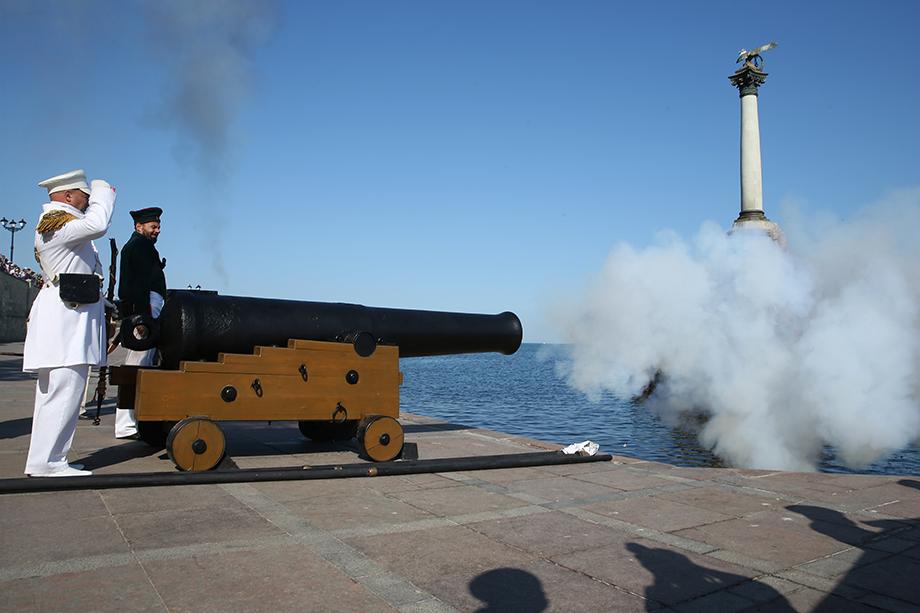 На время праздничных мероприятий перекрыли рейд через Севастопольскую бухту.