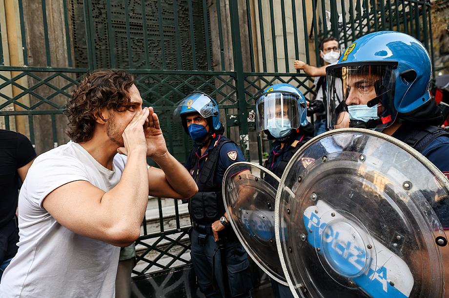 Мэр Рима и член «Движения пяти звёзд» Вирджиния Раджи осудила полицейских, вставших на сторону протестующих. По её словам, они не могут считаться представителями власти.