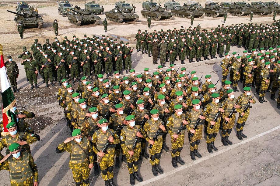 Президент Таджикистана Эмомали Рахмон лично проверил боеготовность вооружённых сил республики во время парада в столице.