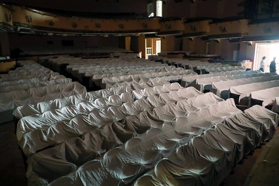 В Большом театре высказали мнение о неминуемых финансовых потерях в зависимости от того, как долго может продлиться действие установленной нормы.