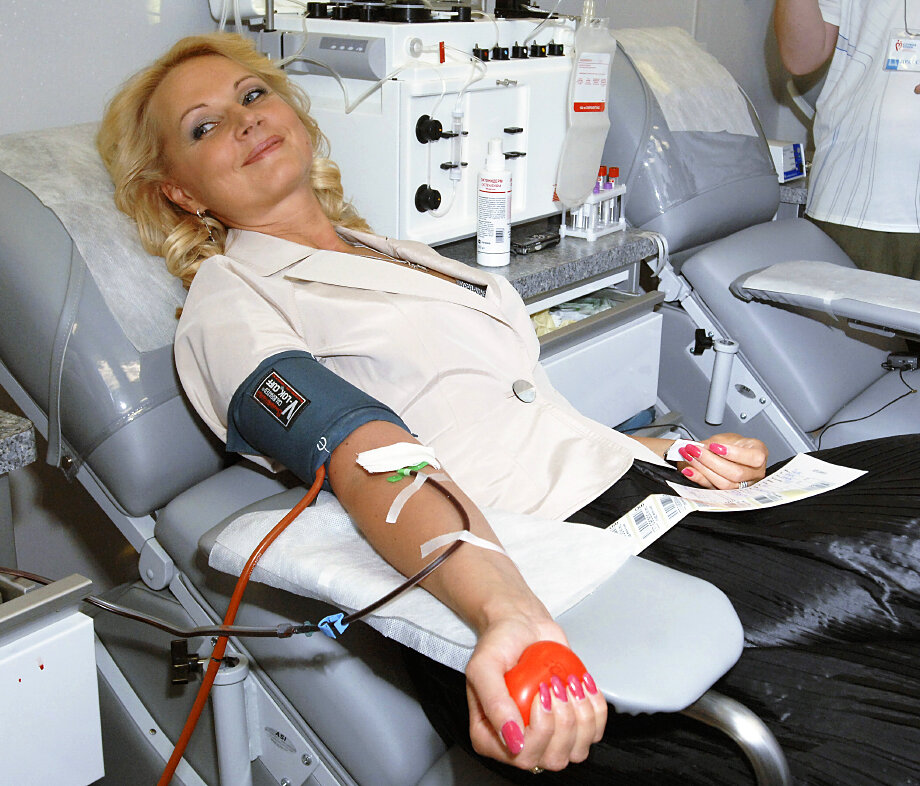 11 июня 2009 года. Министр здравоохранения и социального развития РФ Татьяна Голикова сдаёт кровь в мобильном комплексе переливания Федерального медико-биологического агентства.