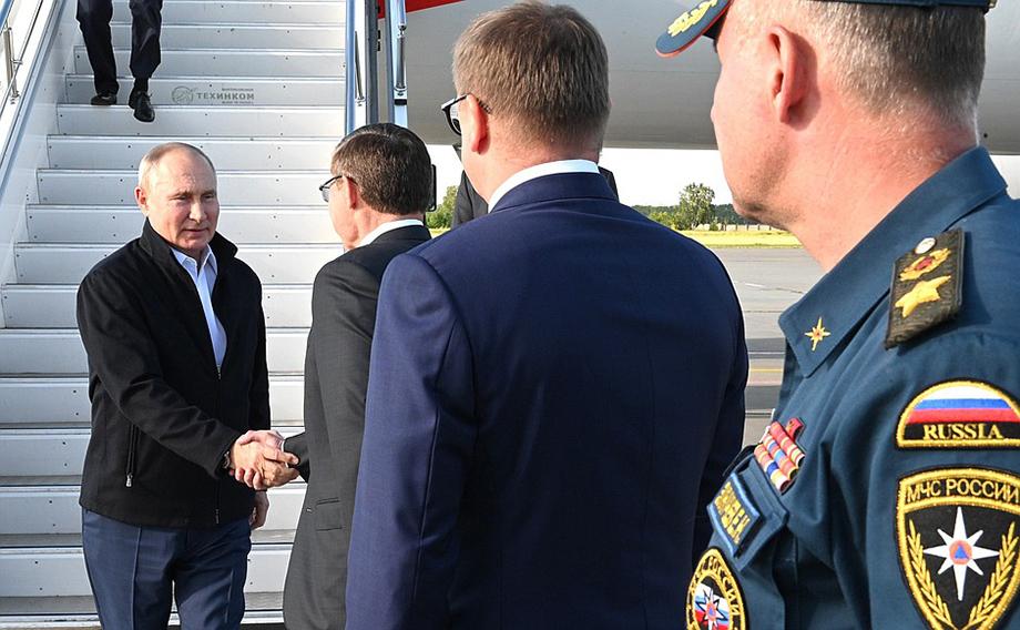 Самолёт главы государства приземлился в аэропорту.