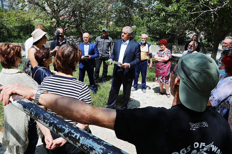 Увольнения и уголовные дела в районах Крыма могут свидетельствовать о том, что фокус внимания губернатора постепенно смещается с крупных курортных городов к окраинам и посёлкам.