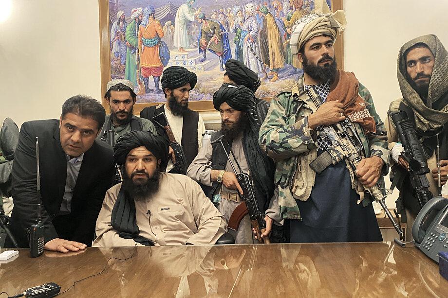 Участники движения «Талибан»* в президентском дворце в Кабуле.