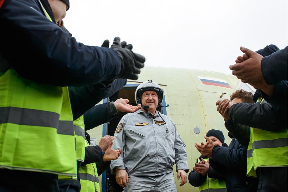 Шеф-пилот ПАО «Ил» Герой России Николай Куимов во время приветствия после успешного испытательного полёта на новом российском военно-транспортном самолёте Ил-112В на аэродроме авиастроительного предприятия ПАО «ВАСО».