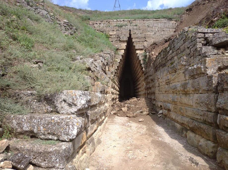После дождей произошло сползание грунта, приведшее к обрушению на объектах культурного наследия.