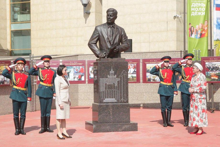 Памятник Петру Сумину установили на площадке возле государственного исторического музея.