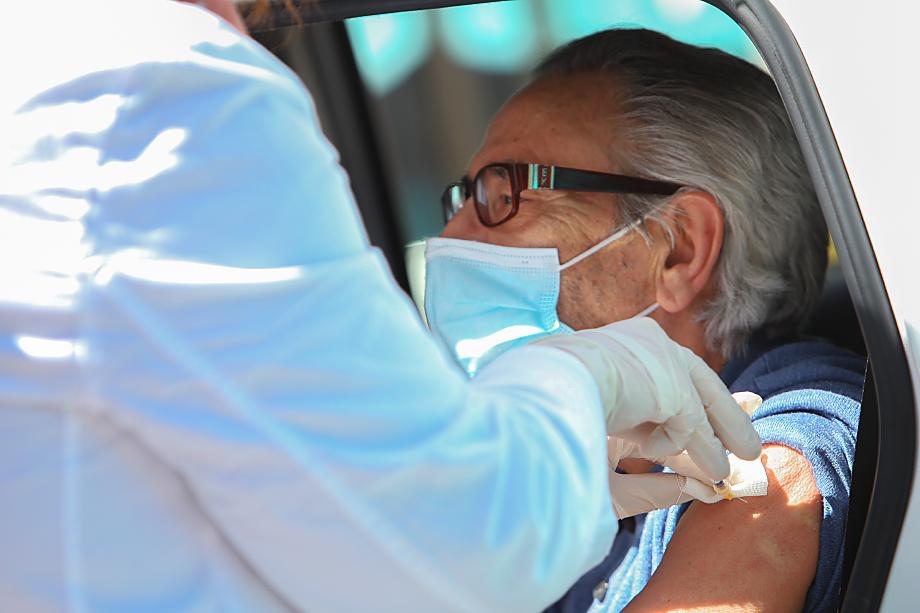С 30 июля пожилые израильтяне старше 60 лет получили возможность сделать третью прививку от коронавируса.