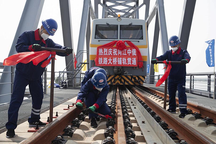 Строители завершают укладку рельсов на железнодорожном трансграничном переходе Тунцзян – Нижнеленинское. Август 2021 года.