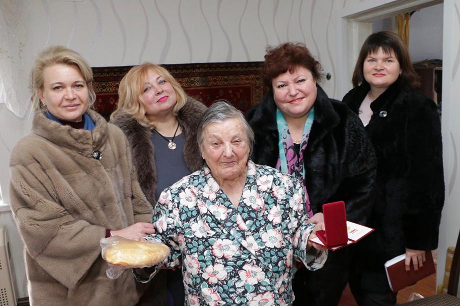 История с поздравлениями ветеранов работницами Керченского городского совета в буквальном смысле прогремела на всю страну.