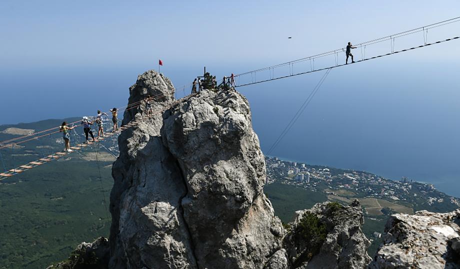 На Ай-Петри установили узкий подвесной мост длиной 360 метров, прикреплённый к отвесной скале на высоте 1234 метра.