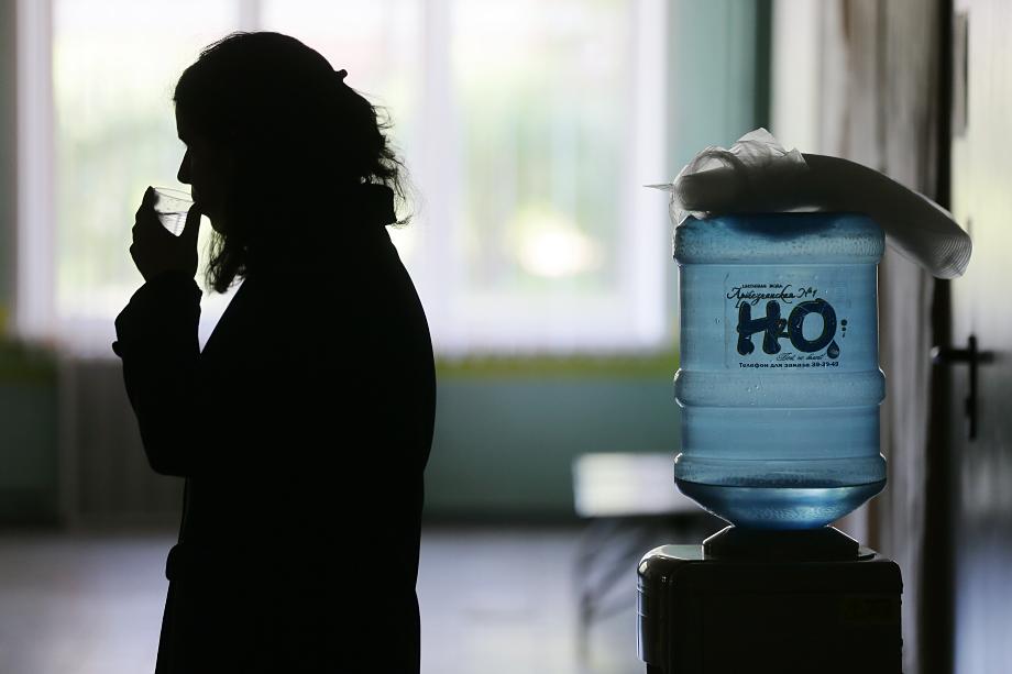 Питьевая вода в школах и детсадах – характерная для Крыма статья расходов родителей. Например, почти во всех школах Севастополя просят сдать деньги на кулеры с водой.