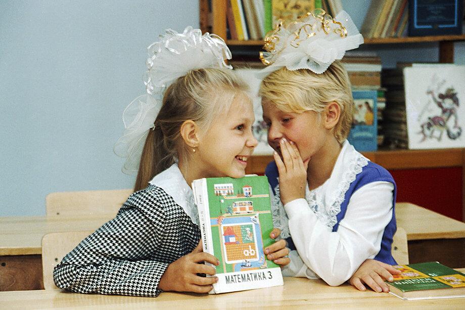 Практика школьных сборов укоренилась на просторах стран бывшего Советского Союза в сложные 1990-е годы, когда учреждения образования финансировались крайне слабо даже в столицах.