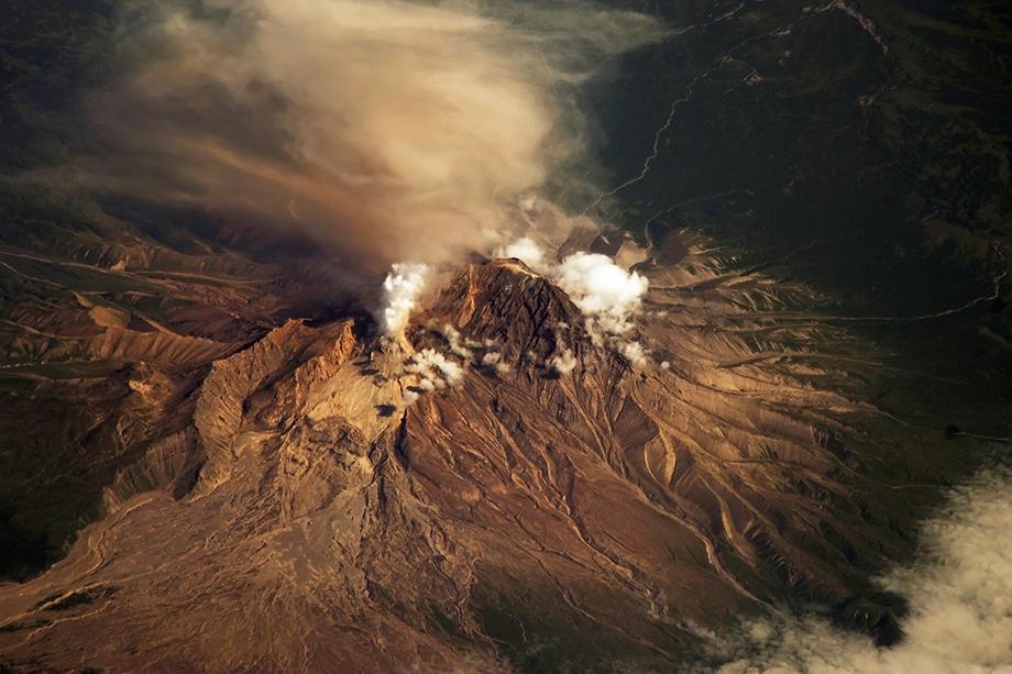 Извержение может сопровождаться подъёмом пепловых вулканических облаков на высоту до 18 километров над уровнем моря, что представляет опасность для авиации.