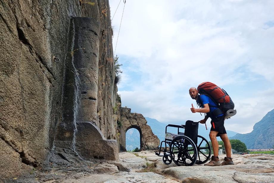 Иногда коляску приходилось нести на себе, так как древние дороги не приспособлены для инвалидов.