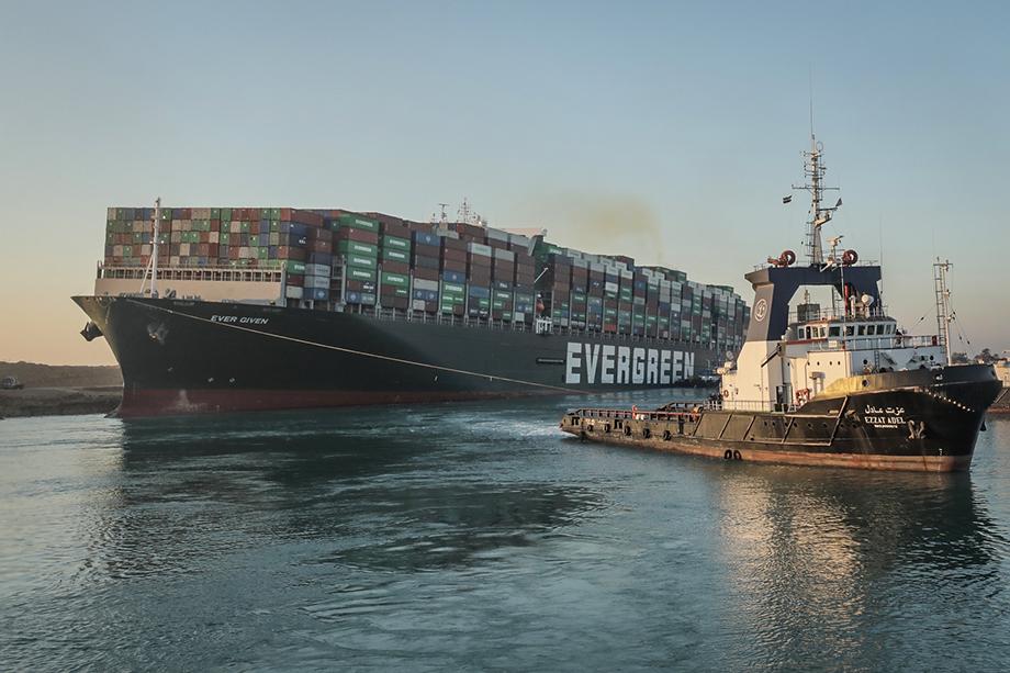 В ночь на 24 марта 400-метровый контейнеровоз Ever Given полностью заблокировал движение через Суэцкий канал.