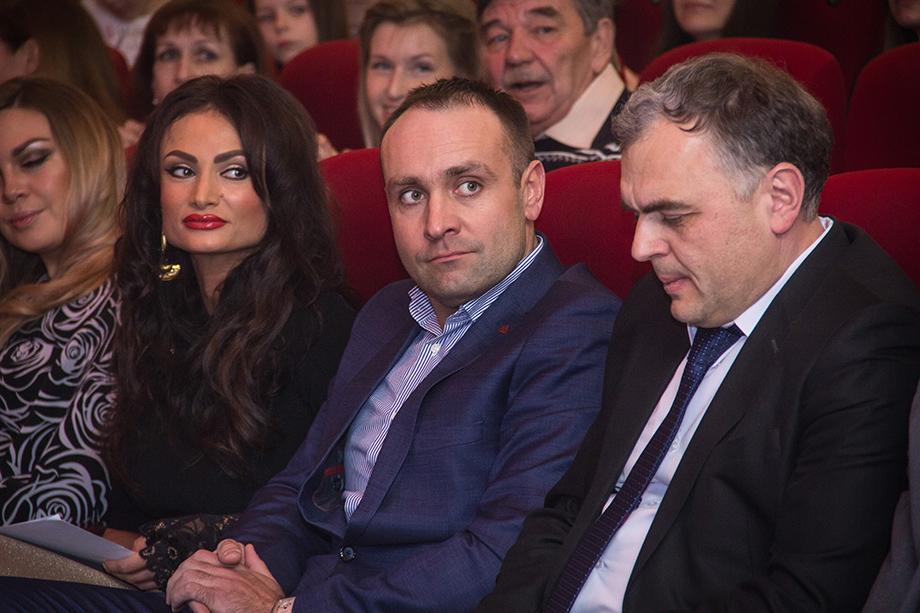 Александр Дубровский (в центре) обратился в арбитражный суд региона с заявлением о собственном банкротстве. Свои долги он оценил в 274,16 млн рублей.