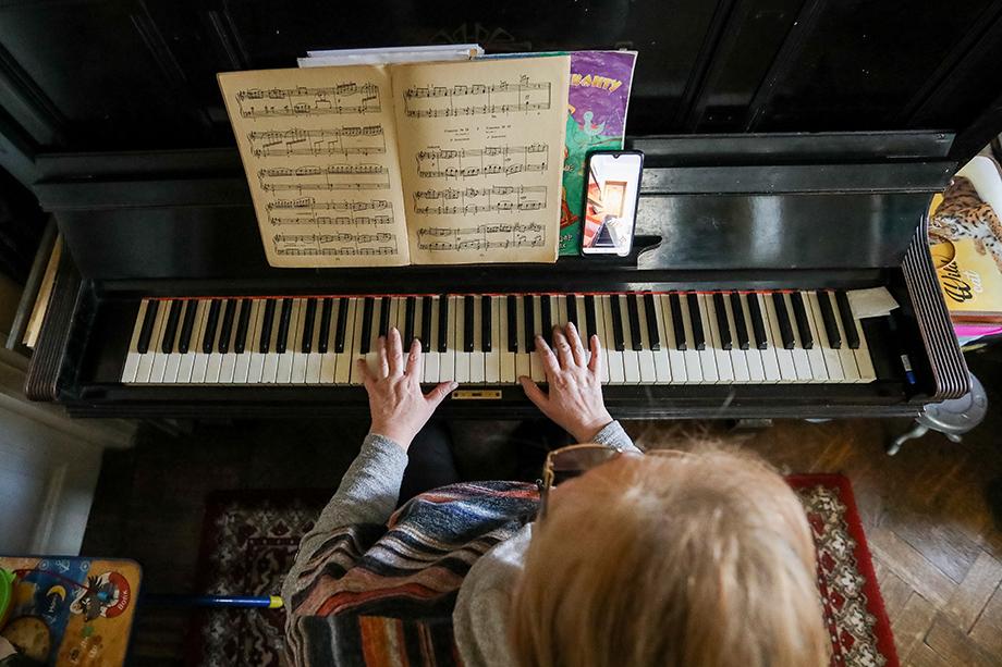 По словам родителей,дистанционное обучение в детских музыкальных школах столицы в период пандемии привело к тому, что дети, не имевшие возможности заниматься дополнительно с репетиторами, получили низкие баллы на экзаменах.